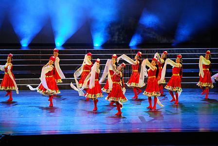 舞台上跳民族舞的少女图片
