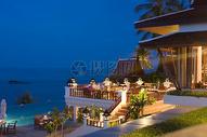 黄昏时的酒店夜景图片