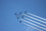 蓝天中的飞机图片