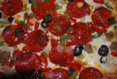 辣味香肠披萨特写图片