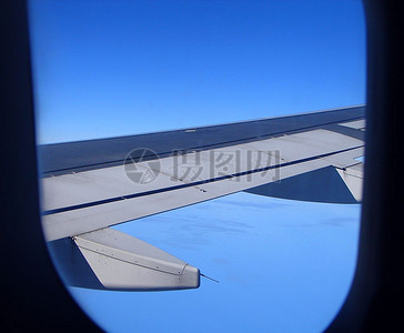 蓝天中的机翼图片