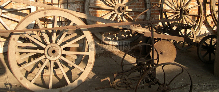 阳光下的木车图片