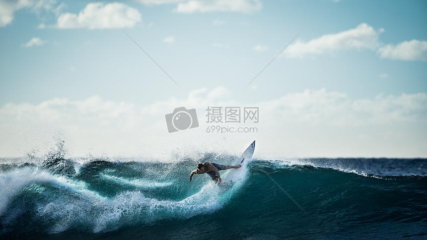海上冲浪运动图片
