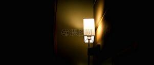 亮着的台灯图片