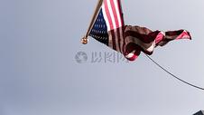 天空飘起的国旗图片