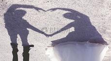 新娘和新郎心形的影子图片