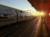 夕阳下的火车图片