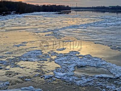 冬天冰冻的湖泊图片