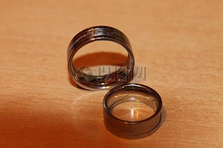 桌子上的结婚戒指图片