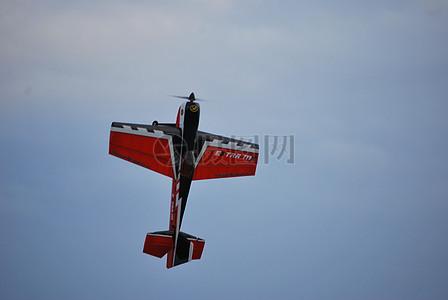 空中的一架模型飞机图片