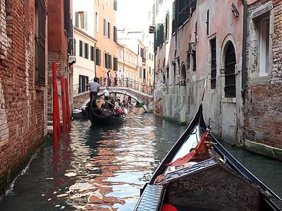 小巷里灌满了水上的一艘小船图片