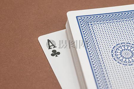 一叠崭新的扑克牌图片
