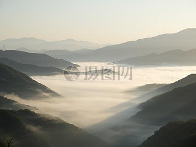 高耸的山间云雾图片