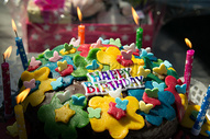 五彩缤纷的生日蛋糕图片
