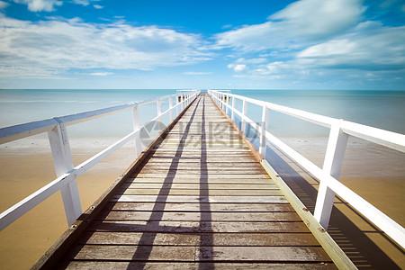 碧海蓝天下的码头图片