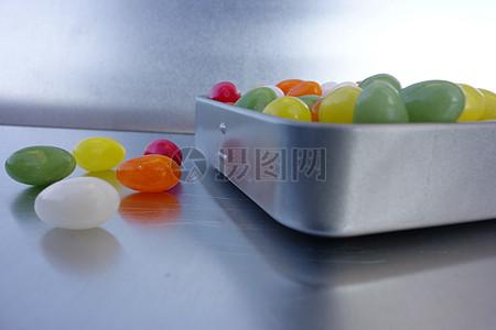 锡罐里的糖果图片
