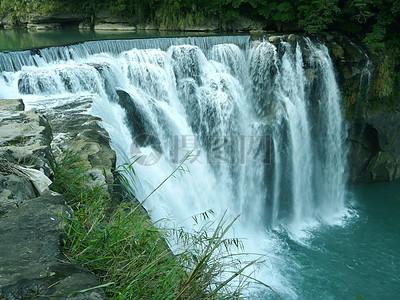 险峻的高山流水瀑布图片