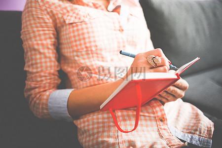 沙发上正在写日记的女孩图片