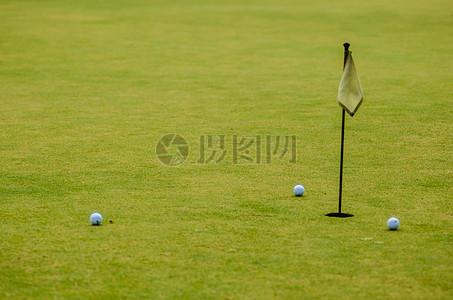 球场上打高尔夫球图片