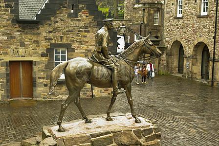 雨中骑着马的雕像图片