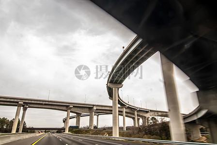 天空下的高架桥图片