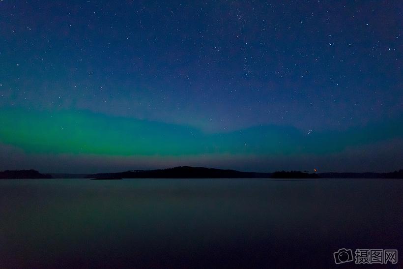 深蓝色的夜空中北斗星闪烁着图片