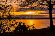 夕阳下的湖景图片
