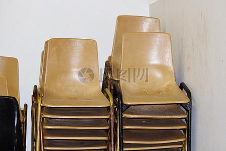 堆积的木椅子图片