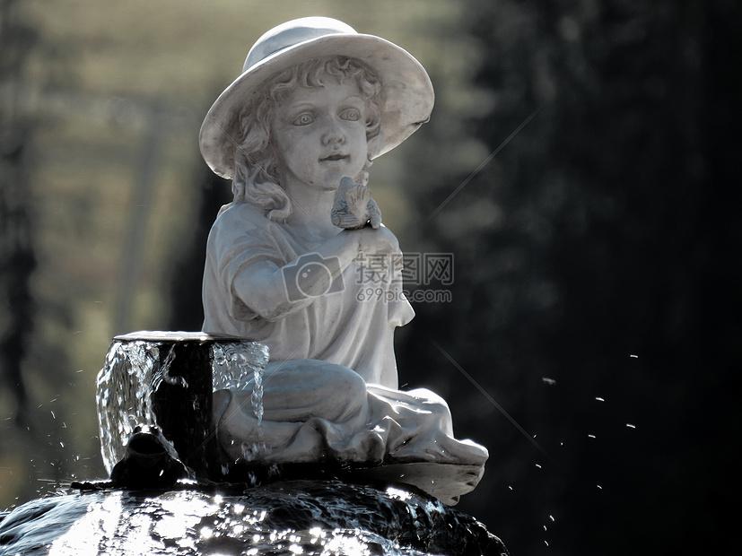 可爱的雕塑小孩