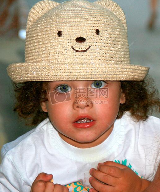 戴帽子的可爱男孩