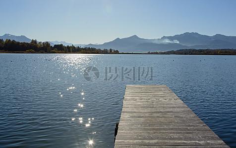 有一个小木桥的大湖图片