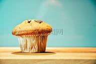 一块蛋糕独立在木制桌子上图片