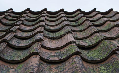 红色的屋顶瓦砾图片