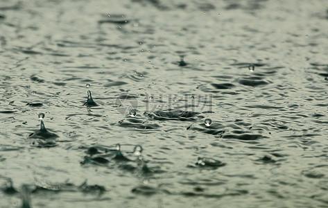雨中的水面图片