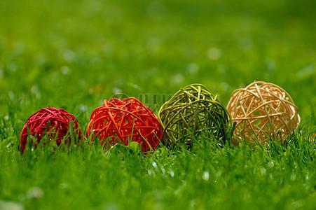 被放置在草地上的花环图片
