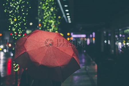 雨中的红色雨伞图片