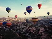 蓝天下的热气球图片