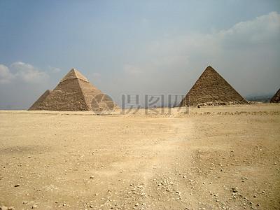 蓝天下的金字塔图片