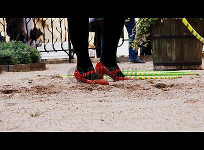 沙地里的红鞋图片