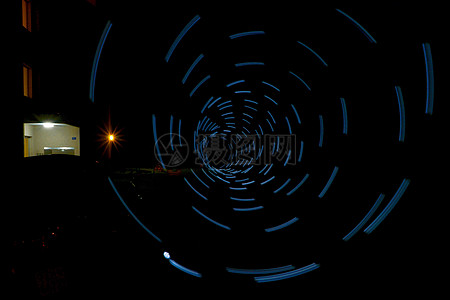 黑暗中的荧光隧道图片