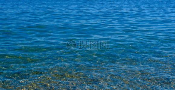 深蓝色的海面图片