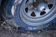 破旧的汽车轮胎图片
