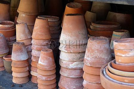 堆积的陶瓷花盆图片