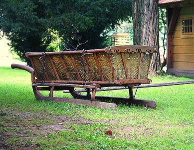 草地里放着一辆木车图片