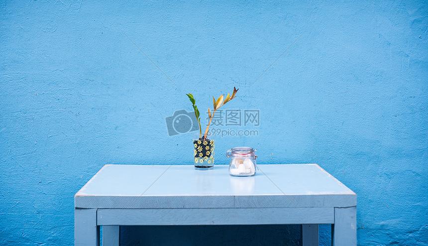 桌子上的花瓶图片