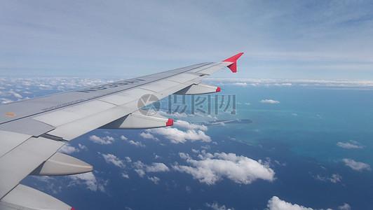 从飞机舷窗看天空