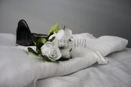 美丽婚纱与白色玫瑰图片