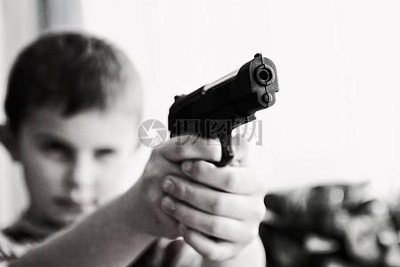手拿黑枪的孩子图片
