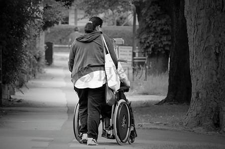 女子推着残疾车图片