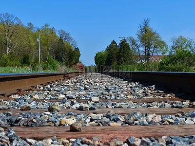 蓝天下的火车铁轨图片
